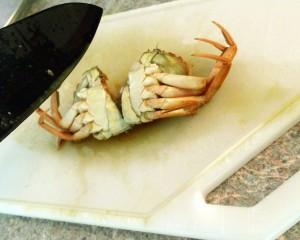 skør krabberne midt over, så alle safterne løber ud.