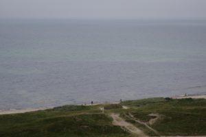 Når Vesterhavet er roligt, kan man se lyse områder med sand og mørke områder med sten og algebevoksninger